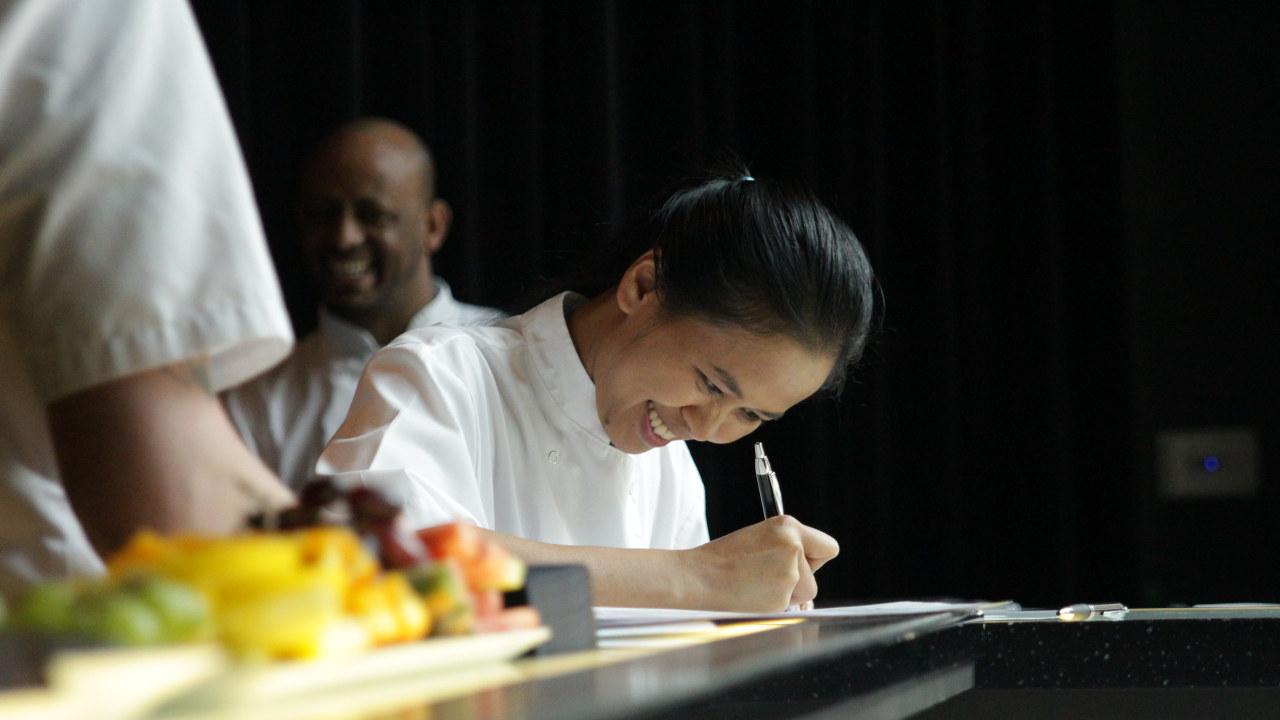 Tanya signerer lærekontrakt