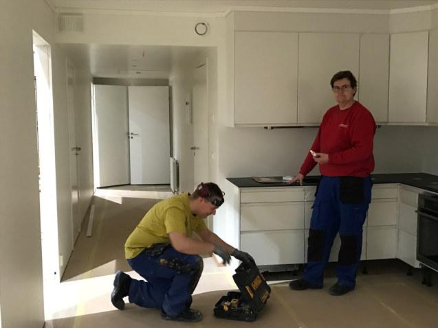 Viktor og Geir er i full sving på kjøkkenet i en av byggmodulene hos Moelven