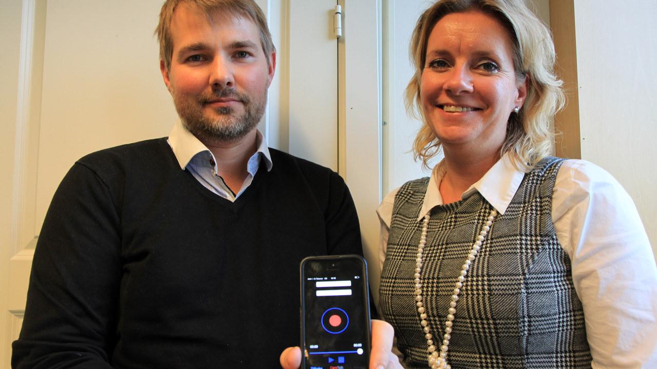 Lena Vonka og Charles Skipperstøen viser frem appen