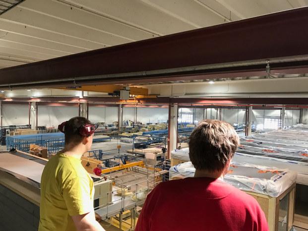 Viktor og Geir skuer utover fabrikklokalene til Moelven Byggmodul Hjellum