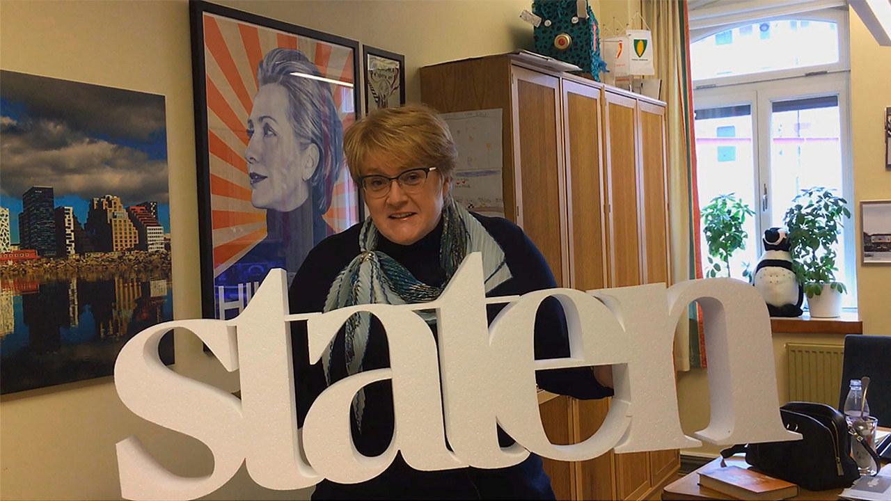 Trine Skei Grande, partileder i Venstre, holder ordet staten skjært ut i isopor