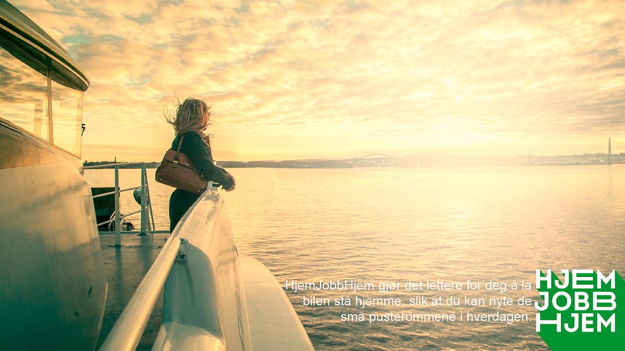 Kvinne med veske over skulderen som står på dekk og ser utover havet. BIldet har også teksten Hjem jobb hjem gjør det enklere for deg å la bilen stå hjemme, slik at du kan nyte de små pusterommene i hverdagen.