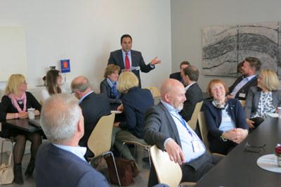 Det var stort engasjement da sentrale Buskerudpolitikere møtte aktører fra næringslivet på Kongsberg denne uken. Industrien og NHO Buskerud gleder seg over positive signaler fra politikerne om to tog i timen og reisetid under en time til Oslo. Det vil bety mye for Norges tredje største industrikommune.