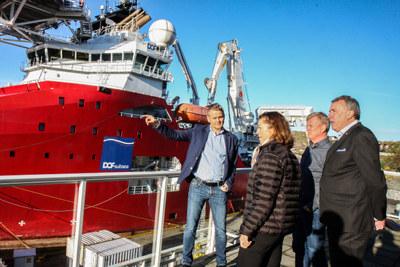 Arne Møgster viser frem en av DOF sine supplybåter. Den ligger til kai i Storebø.