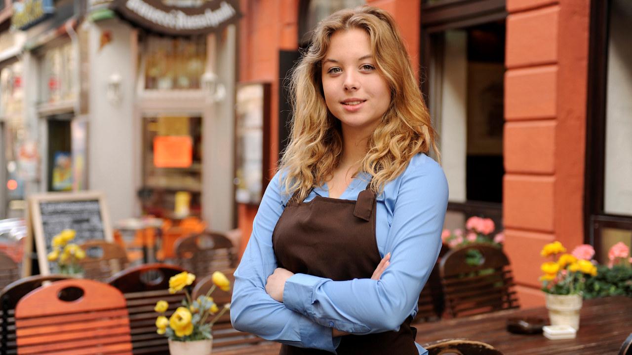 Ung kvinne foran kafe