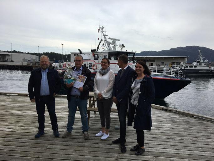 Kaptein Paal Skorpen i Florø Skyssbåt roses for å ha ansatt en medarbeider gjennom Ringer i Vannet.