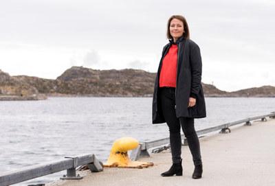 I 70 år har Ellingsen Seafood holdt til på det vesle øysamfunnet Skrova i Lofoten. Familiebedriften omsetter for en halv milliard kroner årlig, og skaper ringer i vannet langt utover egen virksomhet.