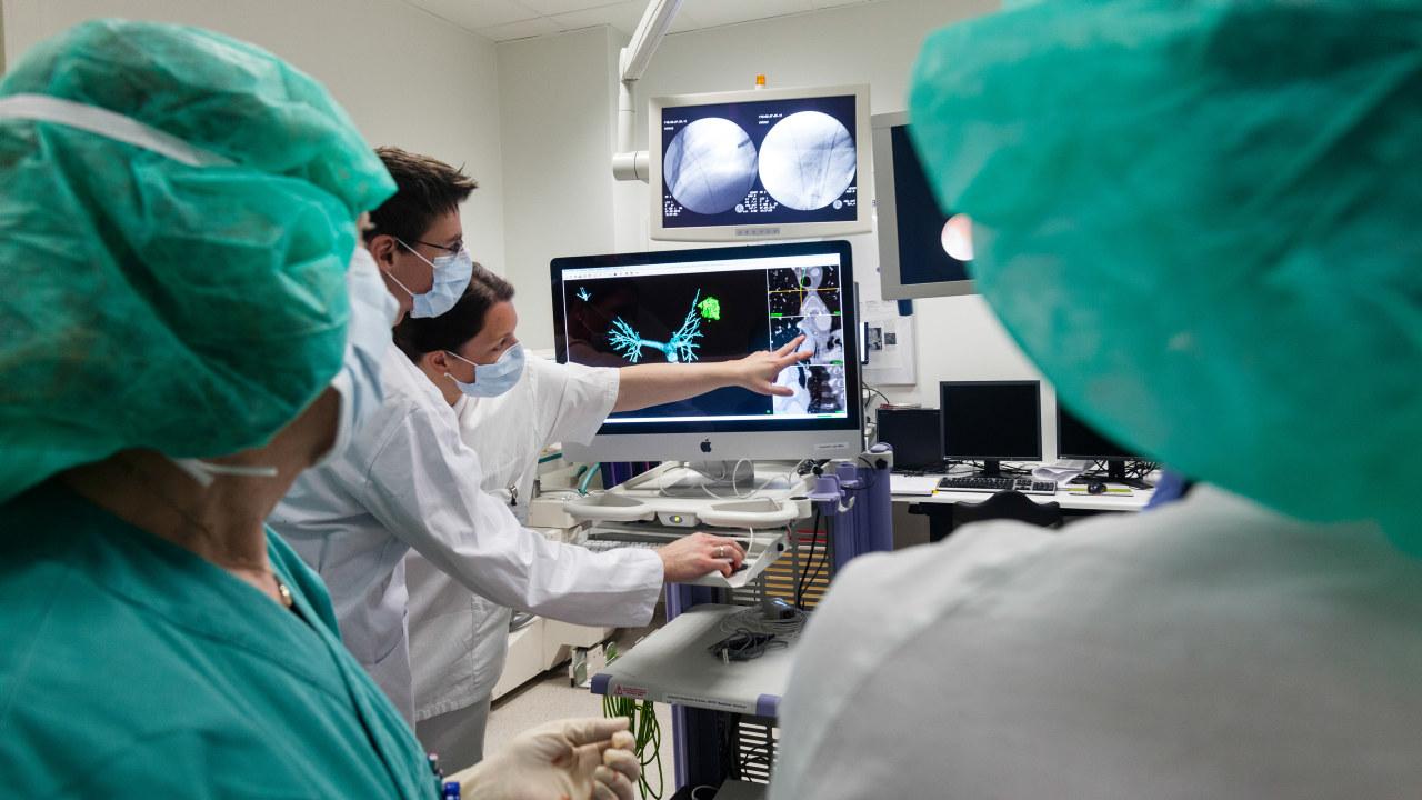 Leger og teknologer jobber tett sammen om bildestyrt diagnostikk og terapi på St. Olavs Hospital