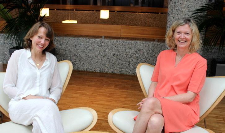 Hege Saastad og Nina Melsom sitter i hver sin stol og smiler.