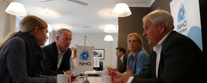 """Politikere fra fem partier startet dagen med å """"gå for næringslivet"""" på Tollboden Hotel i Drammen. Her traff de representanter fra det brede næringslivet som regionen har å by på. Og her fikk de innspill tilhvordan legge til rette for at Drammen skal være en næringsvennlig by i fremtiden."""