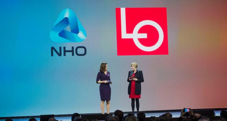 NHO-sjef Kristin Skogen Lund og LO-leder Gerd Kristiansen sammen på scenen under NHOs årskonferanse 2016.