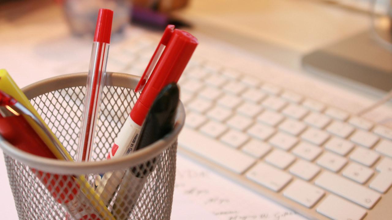 Bilde av penner og tastatur