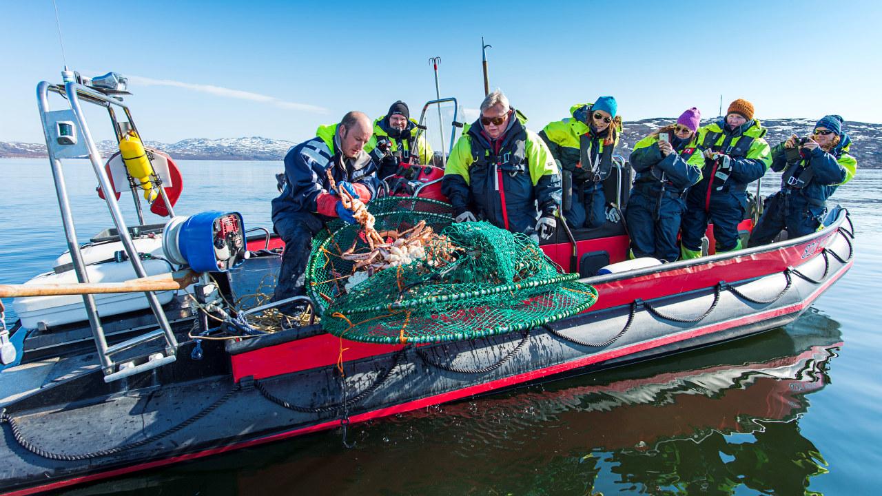 Mennesker i båt, fisker kongekrabbe