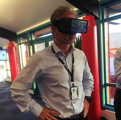 Åge Skinstad med VR-briller på