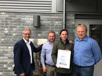 Åge Skinstad og tre personer fra Multi-Bygg med diplom fra NHO Innlandet
