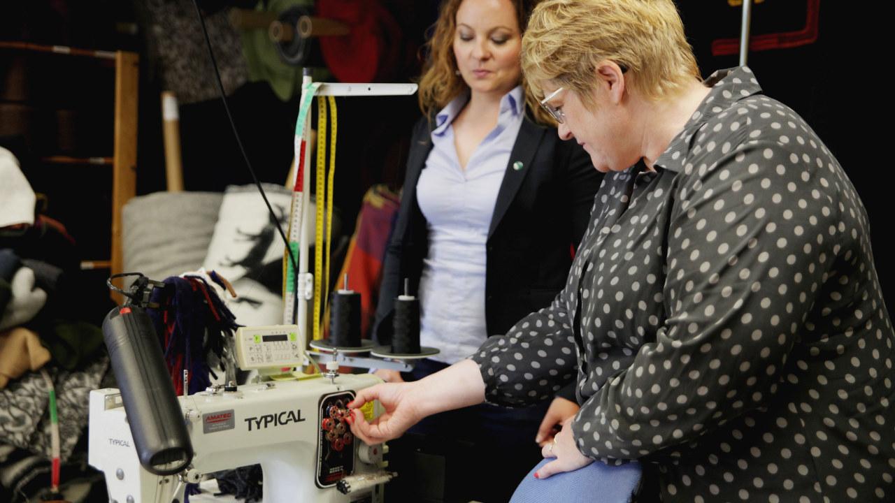Venstres Rebekka Borsch og Trine Skei Grande på besøk hos tekstilbedriften Lillunn AS i Drammen.