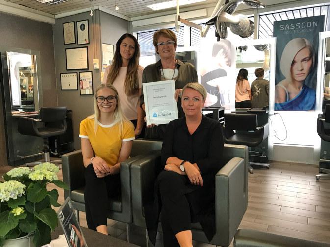 De har en lang tradisjon i bagasjen. Med fokus på kvalitet, kreativitet og service, har Salong Perry i Hamar gjort seg bemerket som et suksessfullt frisør- og velværesenter, som tar godt vare på sine ansatte.
