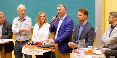 Ringeriksbanen og nye E16 bidrar til optimisme og fremtidstro på Ringerike. Hvordan kan Buskeruds stortingspolitikere bidra til å sikre vekst og flere arbeidsplasser i regionen? Det var tema på onsdagens valgdebatt og Waterholemøte i Hønefoss. Ikke overraskende ble det mest snakk om samferdsel og skatt.