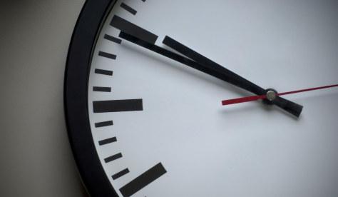 Illustrasjon: Klokke som tikker mot deadline