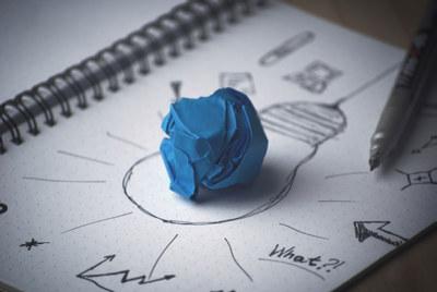 Et ark med ideer og plastelinaklump