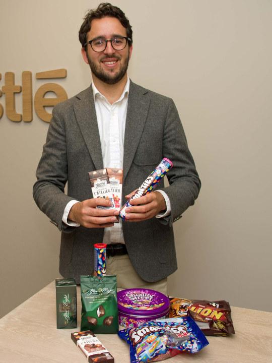 Heiberg-Andersen som viser frem flere sjokoladetyper