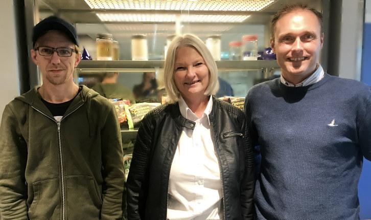 Stian, Gunn Kristin og Trond foran noen av produktene som lages hos HOFF.
