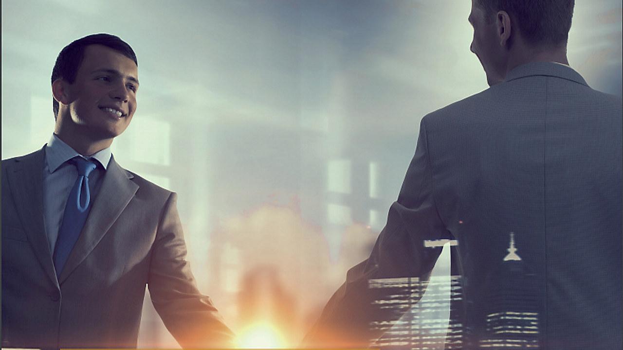 To menn som tar hverandre i hånden