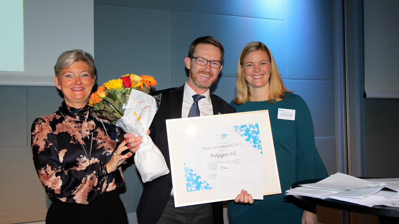 Kai Andersen, leder av Polygon mottok prisen onsdag kveld av Maalfrid Brath og Kathinka Friis-Møller (Foto: Baard Fiksdal)