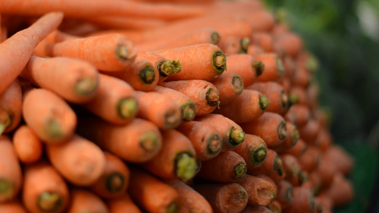 Nærbilde av gulrøtter