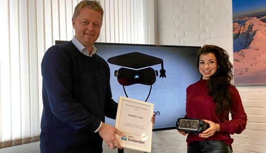 Are Vindfallet og Linn A. S. Kristiansen med diplomet og et par VR-briller