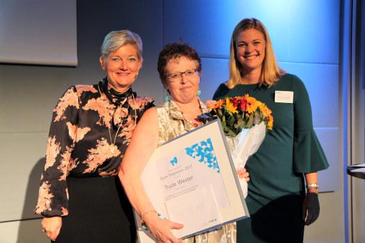 Trude Wester mottok prisen tirsdag kveld, av Maalfrid Brath (tv) og Kathinka Friis-Møller (th) (Foto: Baard Fiksdal)