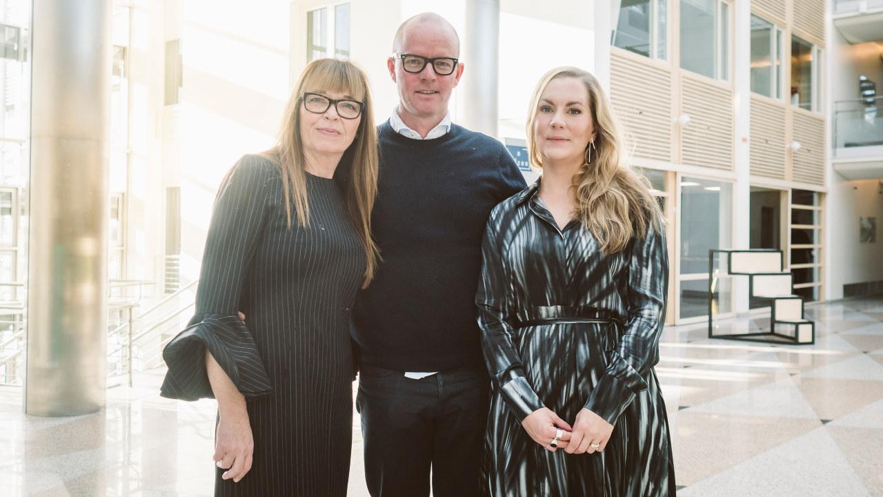 Klyngeleder Linda Refvik, styreleder Glenn Veiby og prosjektleder Elin Kathrine Saunes i Norwegian Fashion Hub på utdeling av Arenastatus mandag 16.oktober.