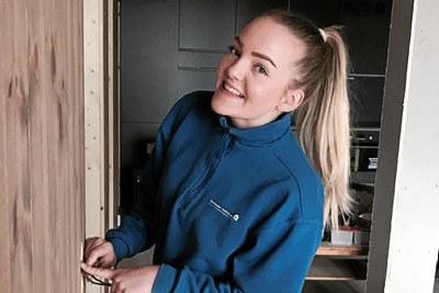 Imbjørg monterer ledninger i et hus.