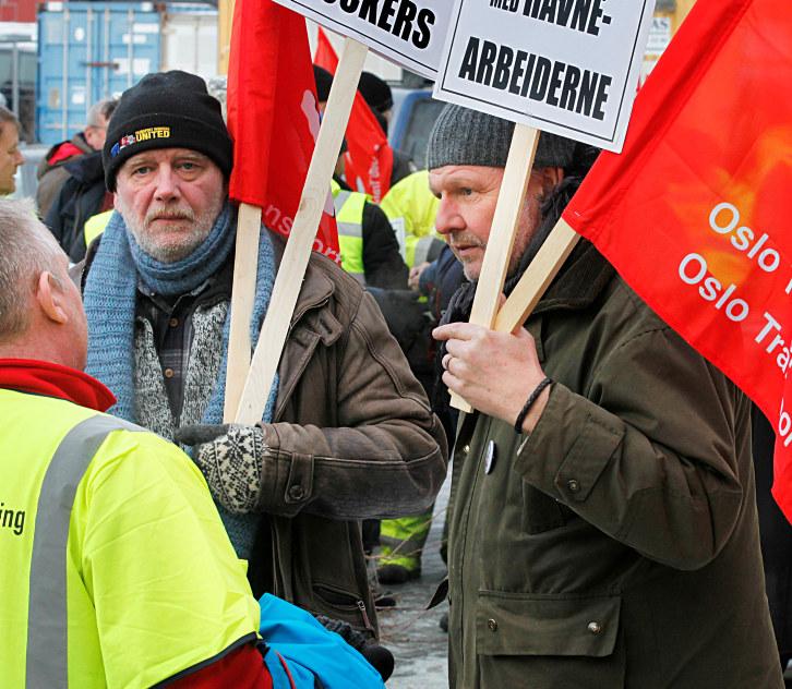 Streikende arbeidere i diskusjon. Foto.