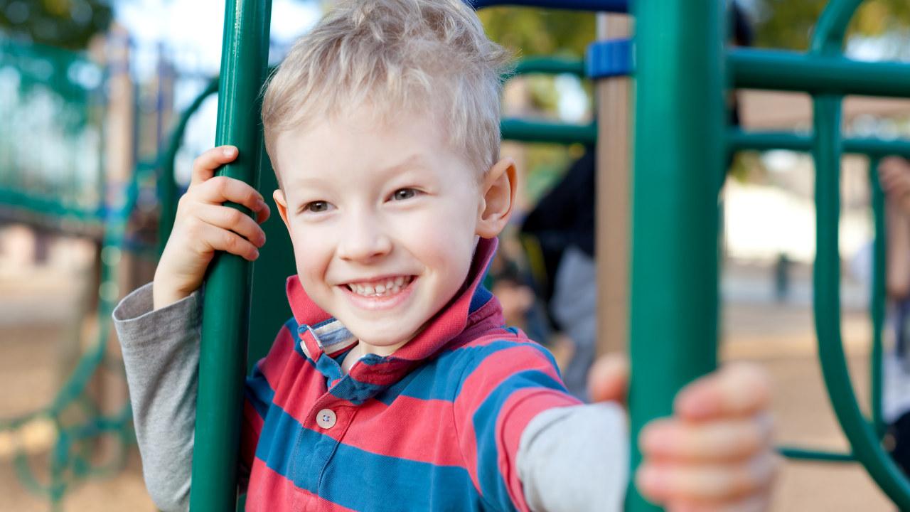 Illustrasjonsbilde: Gutt som leker i skolegården.