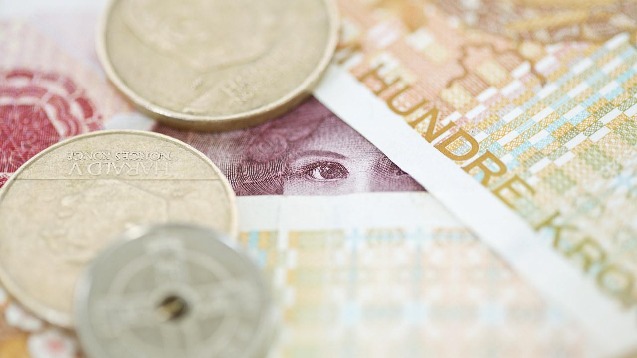Nærbilde av mynter og sedler