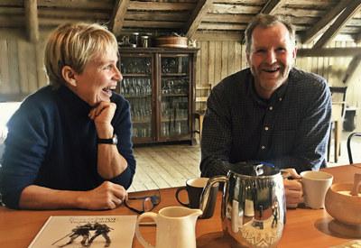 Camilla Li og Kristoffer Hauger stråler av entusiasme foran bordet hvor de viser oss skisser og bilder fra Birkebeinerspelet.