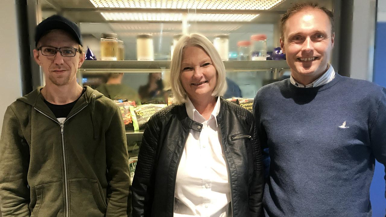 I oktober 2016 startet Stian i utprøving. I starten av 2017 ble han fast ansatt. Gunn K. Saugstad (midten) og prod. leder Trond Flesvik (t. høyre) er særdeles fornøyde. Foto: NHO Innlandet