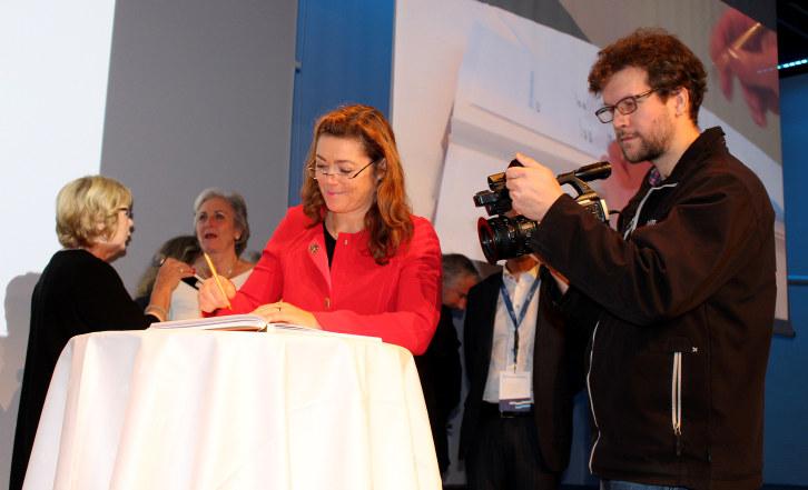 Signering av stiftelsesdokumentet for Anskaffelsesakademiet under gårsdagens Difi-konferanse. Foto: Anne Birgitte Hjelseth