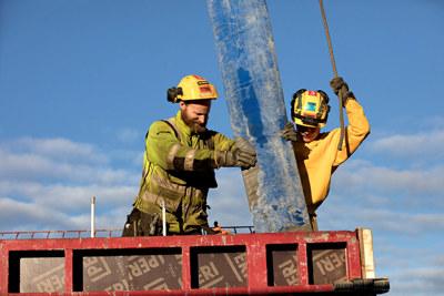 NHO ÅK18 profilfoto: bygningsarbeidere. To menn i gule verneklær som arbeider.