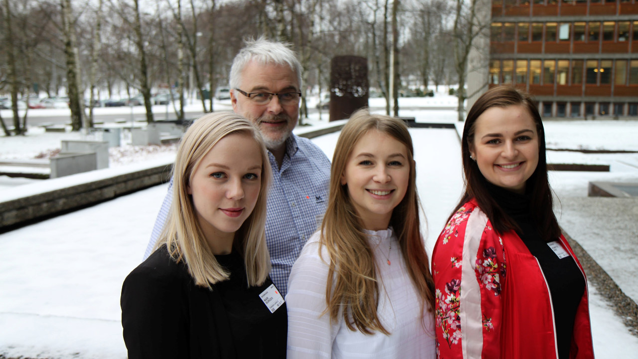 Fra venstre: NTNU-studenter: Mari Otnæs, Guro Hildershavn  og Henriette Holstad Urke. Bak står veileder Asbjørn Wexsahl (Foto: Baard Fiskdal)