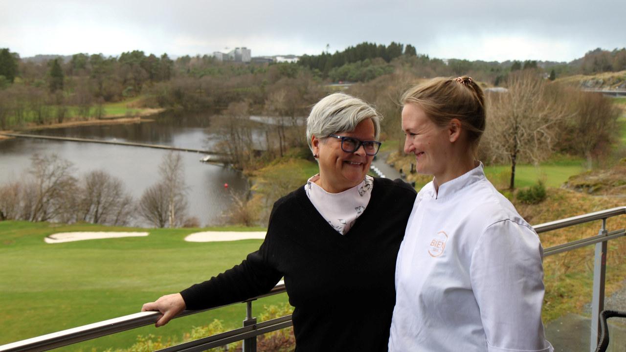 Bente Kuven Osland er avdelingsleder for Klosterhagen Hotell som er drevet av Senter for arbeidslivsforberedelse, Alf as. Hun har bare godt å si om Therese Skare (til høyre) som fikk praksisplass hos Bien i desember i fjor og som nå går over i fast jobb.