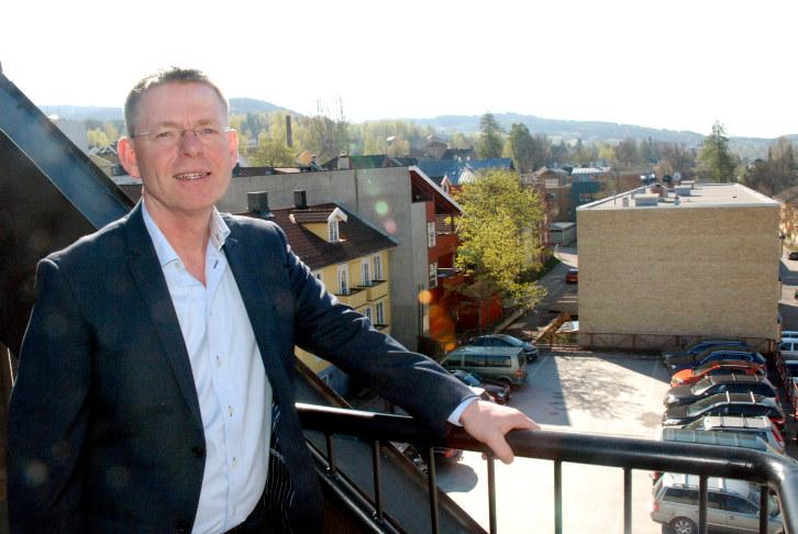 Jon Kristiansen (52) går etter åtte år som administrerende direktør i avishuset Gudbrandsdølen Dagningen til jobben som ny regiondirektør for NHO Innlandet. Kristiansen etterfølger Åge Skinstad som leder for næringslivet i Innlands-regionen.