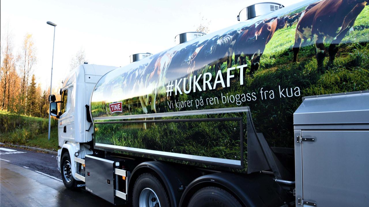 Nærbilde av en tankbil med kukraft-logo på siden
