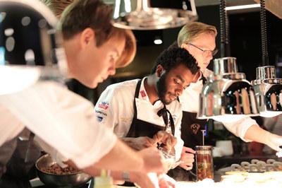 Gode, lokale råvarer og inspirerende oppskrifter. Bocuse d´Or Norge er kulinarisk rådgiver på menyen som serveres under NHOs årsmiddag tirsdag 9. januar. Her finner du menyen, og oppskriftene.