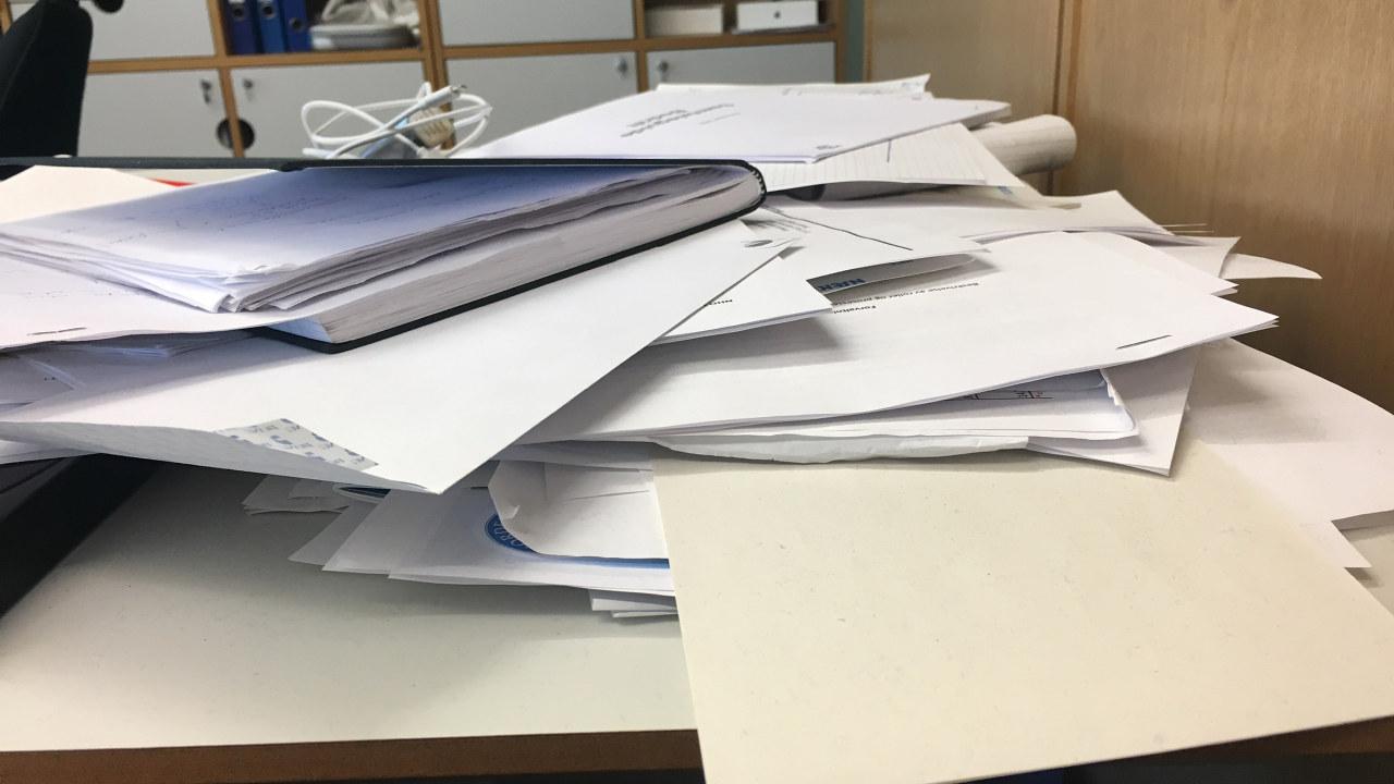En haug med papirer.