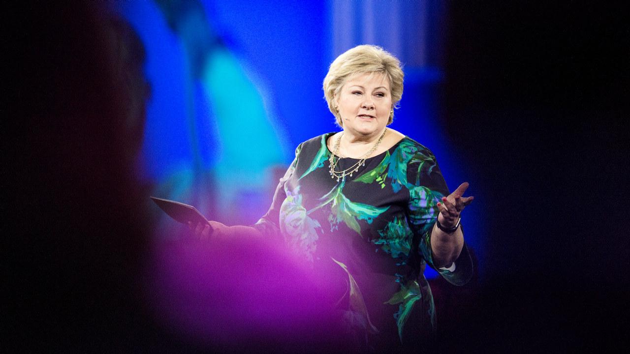 Solberg på scenen i Oslo Spektrum under NHOs årskonferanse 2018