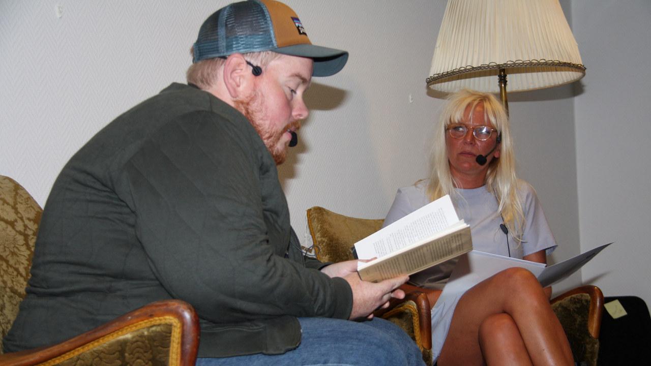 """Jan Kristoffer Dale leste fra sin novellesamling """"Arbeidsnever"""". Bokbadet ble ledet av Karen Kristine Blågestad, kulturredaktør i Fedrelandsvennen."""