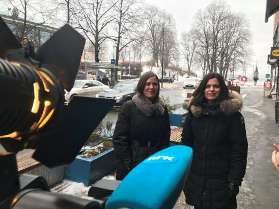 Regiondirektør Nina Solli og byråd Hanna Marcussen (MDG) intervjues av Nrk