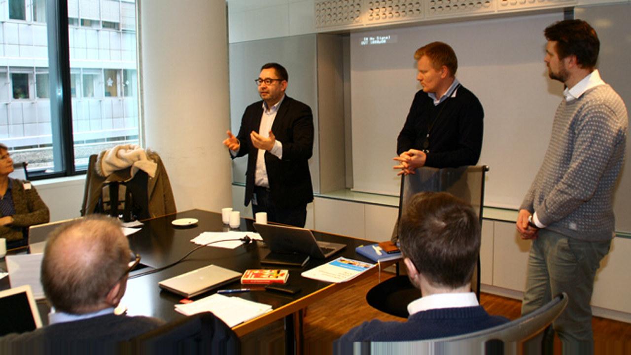 Direktør Kenneth Stien sammen med advokatene Arne Christie og Erling Espolin Johnson fra NHO Service.